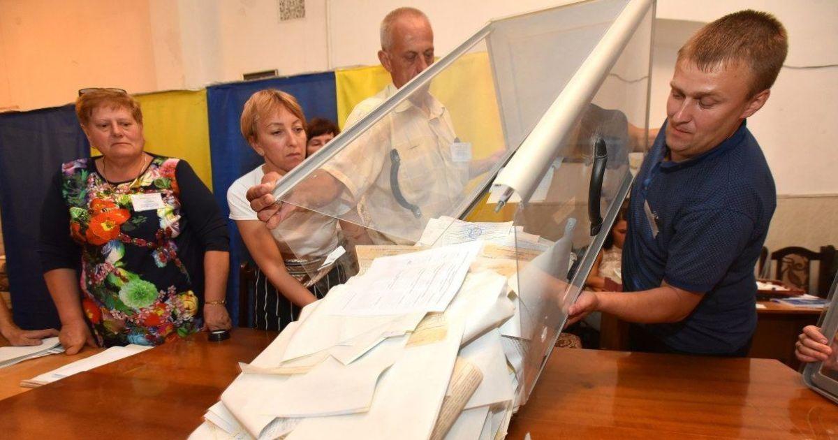 В Запорожье нашли избирателя, который украл десятки бюллетеней из-под носа членов комиссии