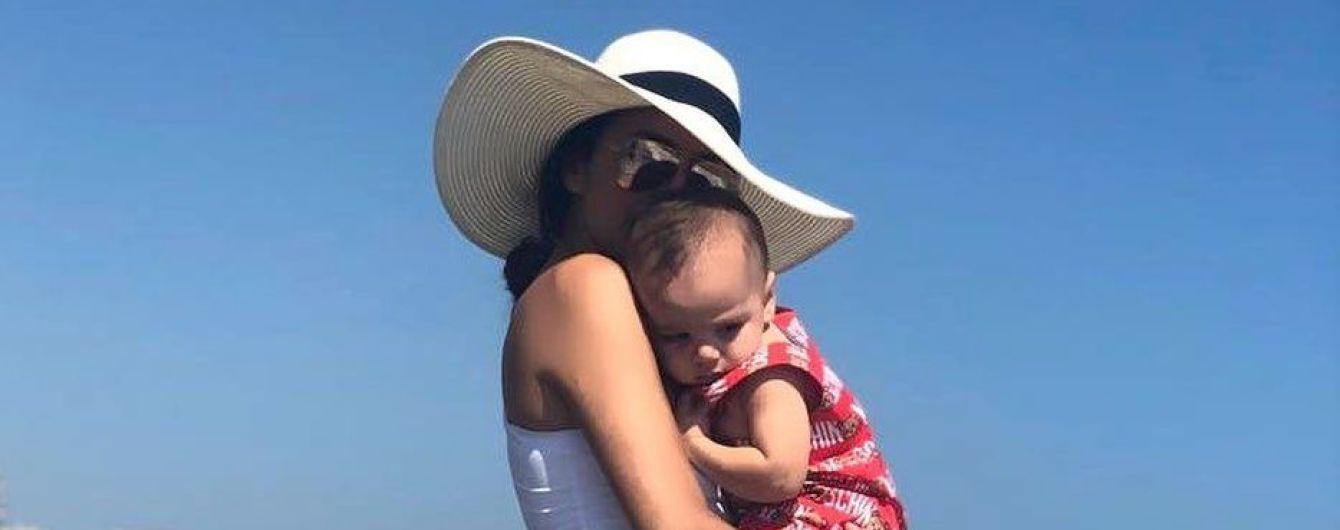 Любить хизуватися фігурою: Єва Лонгорія в білому купальнику позувала на пляжі