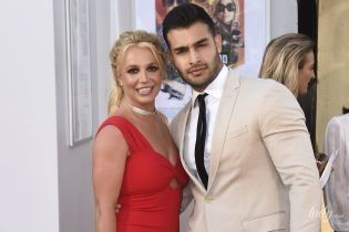 Кажется, с размером не угадала: Бритни Спирс в красном платье пришла на светское мероприятие