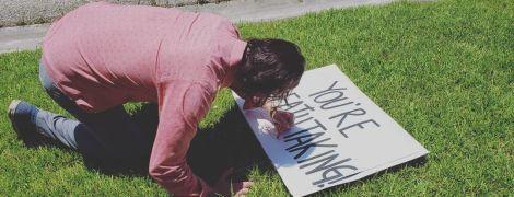 """Фанатка Киану Ривза поставила плакат """"Ты потрясающий"""" возле дома. Актер пришел с ответом"""