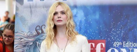 В белом платье с цветочными аппликациями: Эль Фэннинг на кинофестивале в Италии