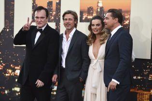 """Питт в расстегнутой рубашке и элегантный Ди Каприо представили фильм """"Однажды в Голливуде"""""""