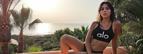 Ах, какая фигура: подружка Роналду в черном купальнике сделала фото на фоне пальм