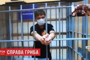 Политзаключенный Павел Гриб во время судебного заседания постоянно находится в медицинской маске