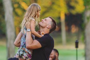 Американский футболист прыгнул со скалы с 6-летней дочерью и получил шквал критики