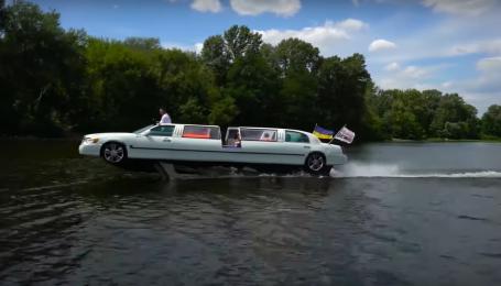 Невероятно. В Киеве посреди Днепра сняли плавающий лимузин