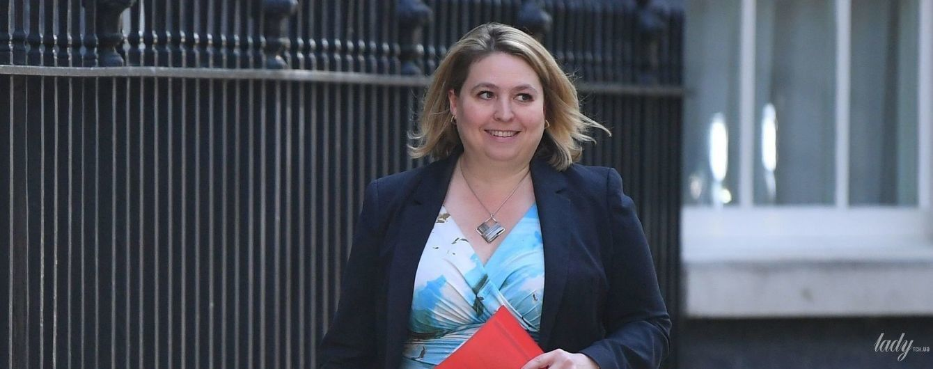 У сукні з декольте і мюлях: міністерка у справах Північної Ірландії у яскравому образі прийшла на засідання парламенту