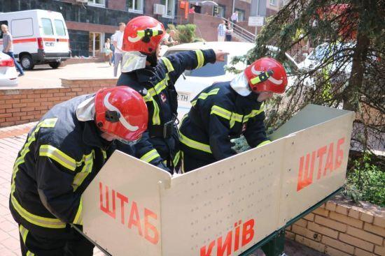 У центрі Києва припарковані автівки заблокували рятувальникам встановлення гідрантів, у пожежі загинула жінка