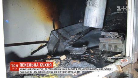 Павильоны, где находятся киоски быстрого питания, загорелись в Одессе