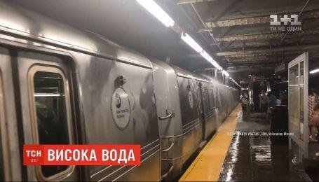 Повінь у Нью-Йорку: пасажири метро зафільмували, як потоки води залили підземку мегаполіса