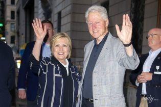 Хиллари в слипонах, Билл в кроссовках: Клинтоны навестили дочь с новорожденным внуком в роддоме