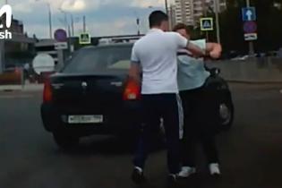 Трэш. В Москве сняли, как разъяренная женщина избила битой водителя прямо среди шоссе