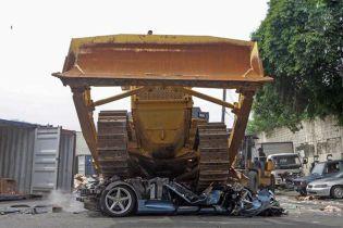 """Бульдозер """"закатал в асфальт"""" Ferrari за $137 тысяч на Филиппинах"""