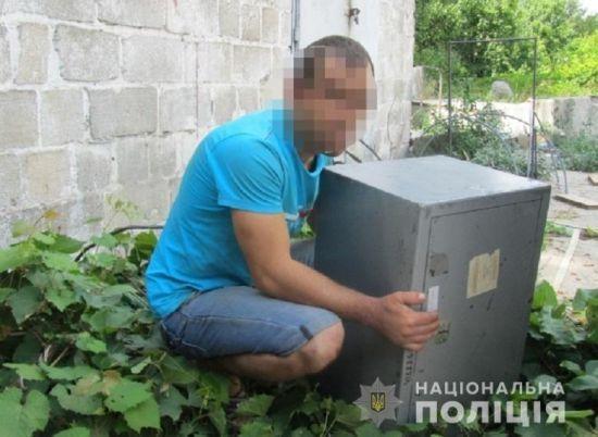 У Києві чоловік викрав із роботи сейф з грошима
