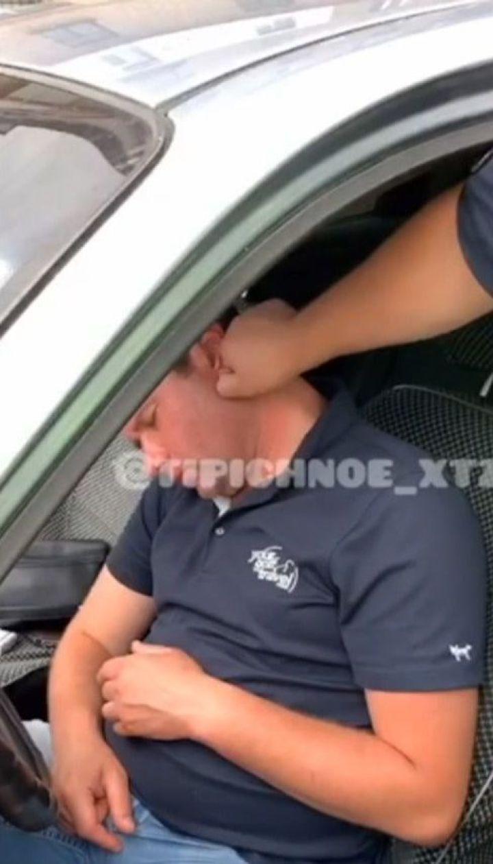 П'яний водій заснув у машині на світлофорі – будили його харківські патрульні