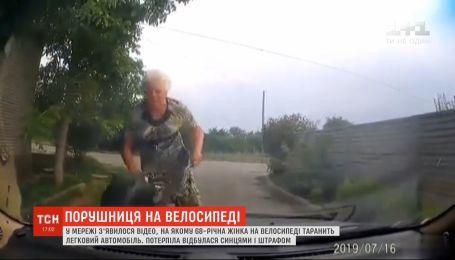 Бабушка на велосипеде протаранила легковой автомобиль в Запорожье