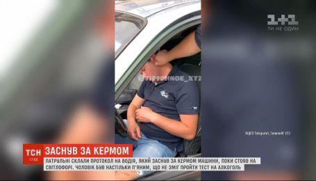 Пьяный водитель заснул в машине на светофоре - будили его харьковские патрульные