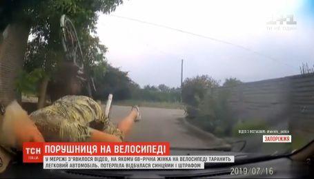68-летняя женщина врезалась на велосипеде в легковушку в Запорожье
