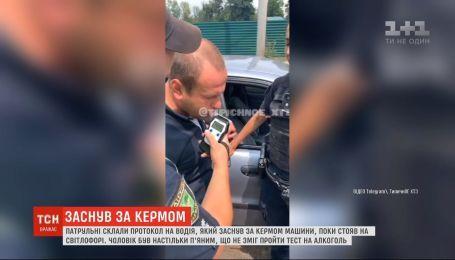 Пьяный водитель сначала уснул за рулем, потом не смог пройти тест на алкоголь в Харькове