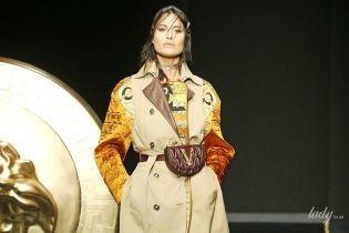 Бюстгальтеры поверх свитеров и яркие колготки в коллекции Versace сезона осень-зима 2019-2020