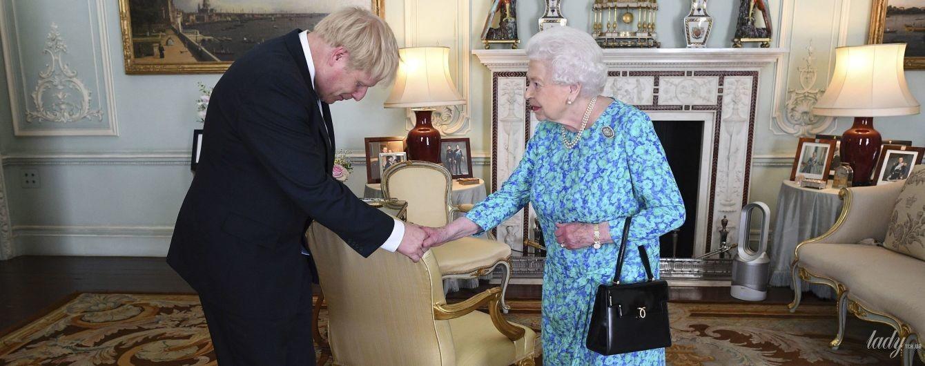 В ефектній синій сукні: королева Єлизавета II зустрілася з новим прем'єр-міністром Британії