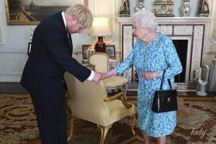 В эффектном синем платье: королева Елизавета II встретилась с новым премьер-министром Британии