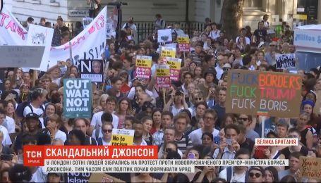 Сотни человек собрались на протест против Бориса Джонсона в Великобритании