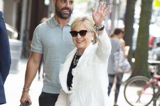 В белом жакете и с улыбкой: папарацци подловили Хиллари Клинтон возле роддома