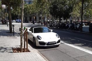 """В Барселоне сняли Porsche на украинских """"бляхах"""" на автобусной полосе"""