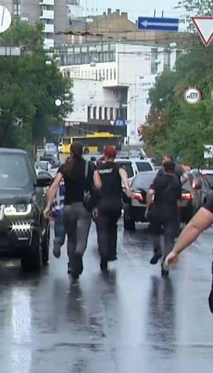 """Ветеран полку """"Азов"""" напав на машину Петра Порошенка"""