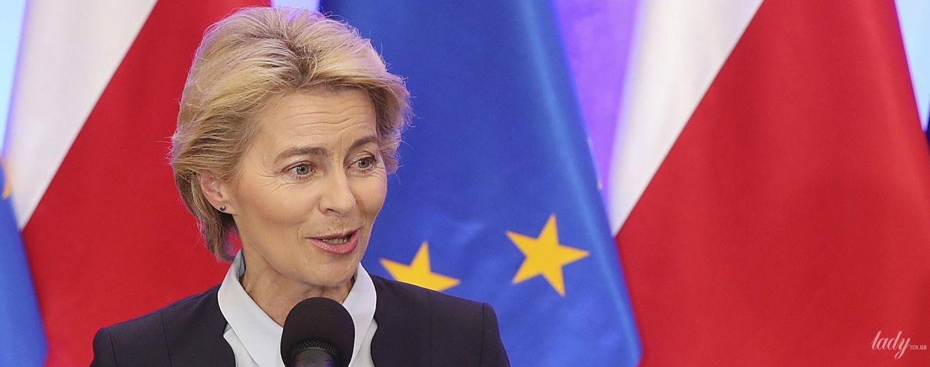 В кокетливом жакете и белой рубашке: деловой аутфит экс-министра обороны Германии