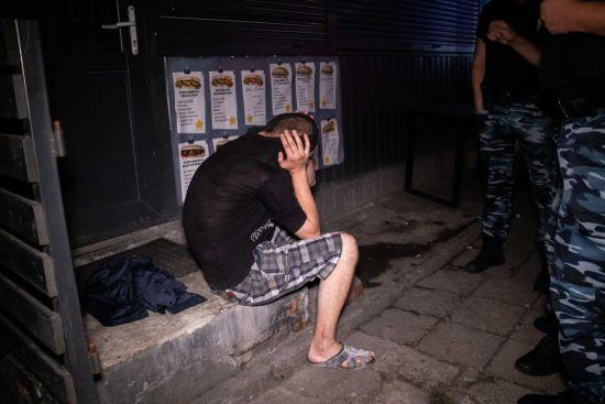 У Києві агресивний чоловік з ножем увірвався до кафе та влаштував бійку