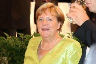 В салатовом наряде и с бокалом вина: 65-летняя Ангела Меркель удивила элегантным образом