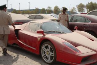 Вакансия мечты? В Эмиратах ищут охотника за брошенными в пустыне суперкарами