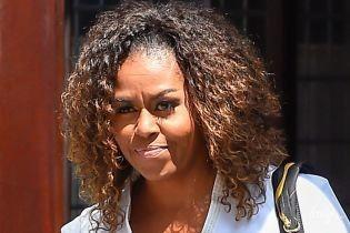 Скромно, но со вкусом: Мишель Обама в стильном луке прогулялась по городу