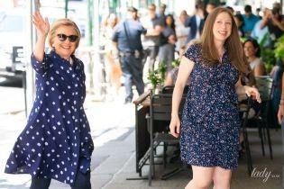 В платье-рубашке и балетках: Хиллари Клинтон встретила дочь из роддома