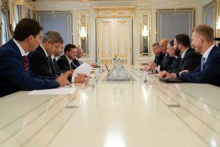 Зеленский поговорил с Волкером и послом США в ЕС о ситуации на Донбассе