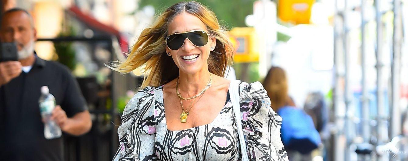 В странном платье, зато улыбается: Сара Джессика Паркер в объективах папарацци