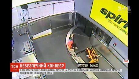Пригоди хлопчика в аеропорту: як дитину затягло на стрічку для валіз