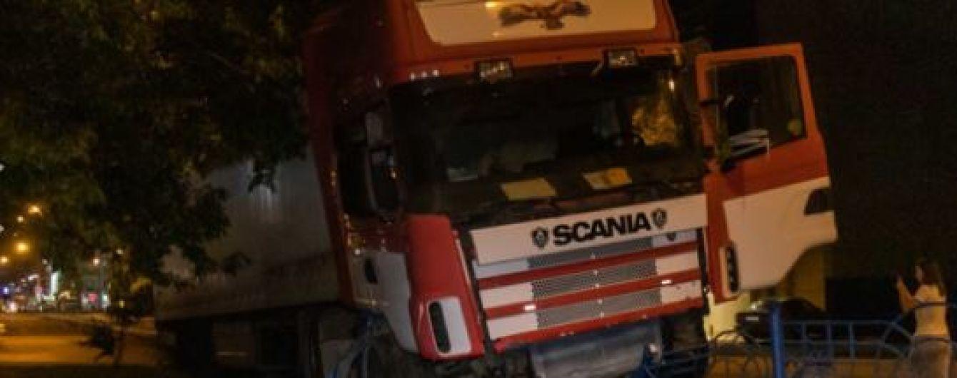 У Києві фура знесла паркан трамвайних колій