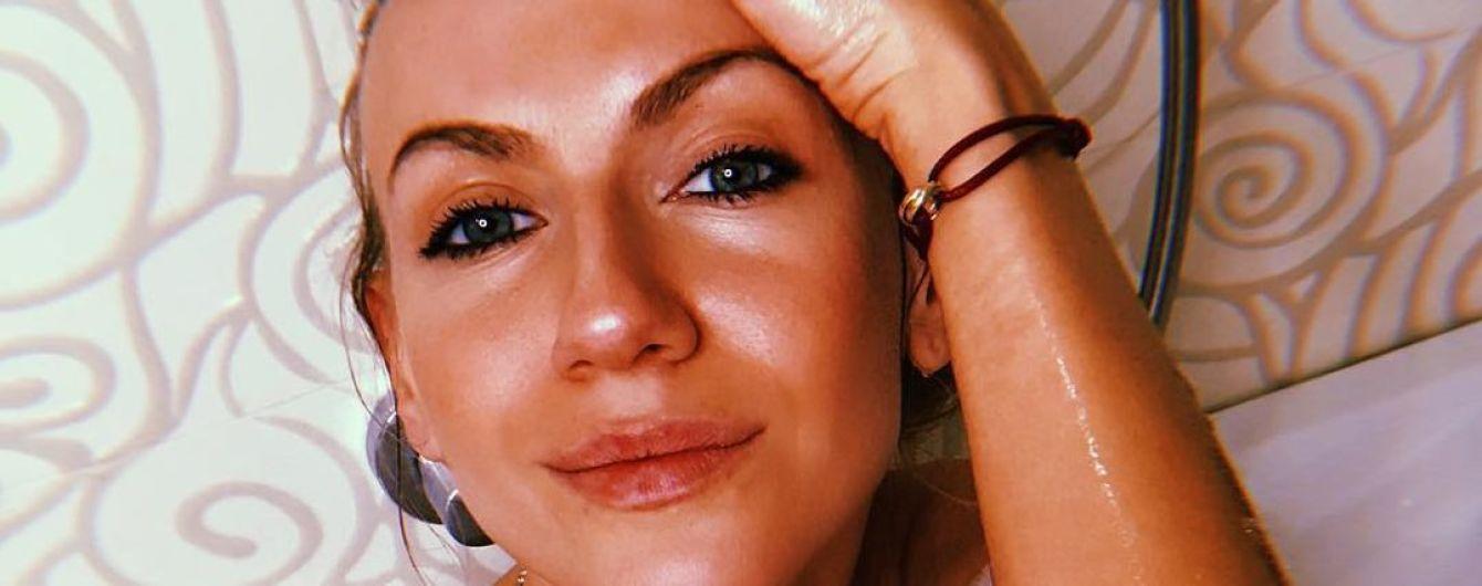Леся Никитюк без макияжа на сеновале похвасталась длинными ножками