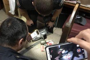 Секретарю городского совета Борисполя угрожали гранатой в кафе