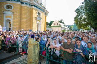 С толкотней у святынь и под жарой: в столице верующие УПЦ МП устроили многолюдный крестный ход