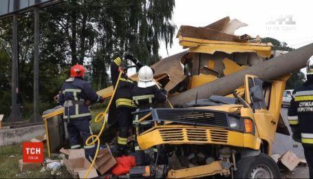 В Ровно микроавтобус протаранил электроопору - пассажир погиб, трое в больнице, а водитель скрылся