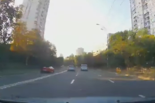 В Киеве сняли, как суперкар Ferrari пересек две сплошные и поехал по встречной полосе