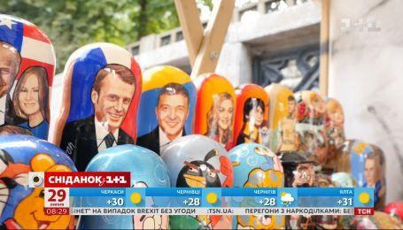 Бюсты, куклы, наклейки - какая сувенирная продукция с президентом самая популярная