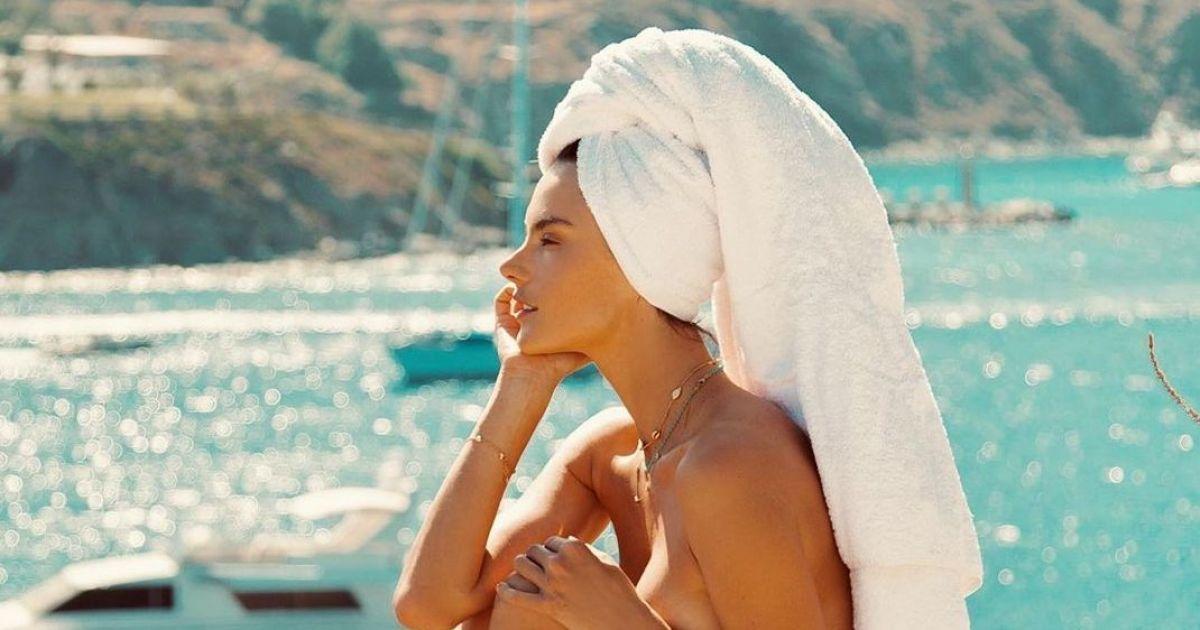 Топлес і з рушником на голові: Алессандра Амбросіо показала свій відпочинок в Греції