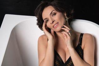 С акцентом на декольте: Надя Мейхер позировала в ванной в коктейльном платье
