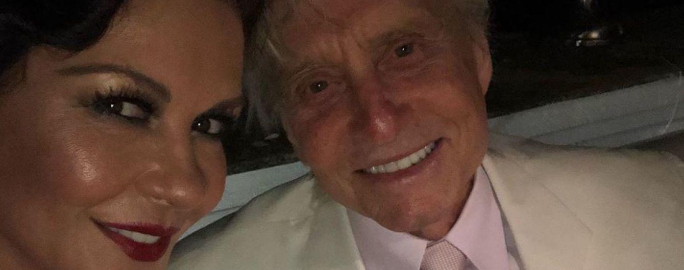 Кэтрин Зета-Джонс в шляпе на пол-лица показала, как проводит отпуск с мужем