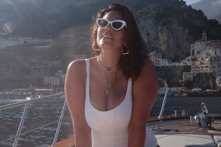 Позує в білому купальнику: Ешлі Грем на красивому італійському узбережжі